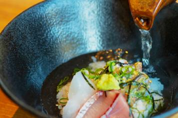 「玄界灘のお宝丼」 ~〆は、鰹と昆布とお茶の合わせ出汁をかけて~